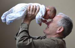 Menschen im höheren Alter sind sozial gut eingebunden. Ihre physische und psychische Gesundheit hat sich laut dem Alterssurvey verbessert.